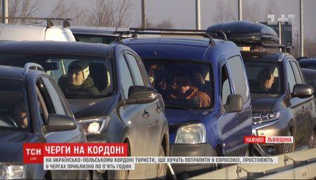 На українсько-польському кордоні знову вишикувались кілометрові черги