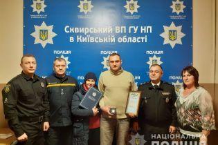 Под Киевом мужчина спас всю семью от гибели в пожаре. Его наградили за героизм