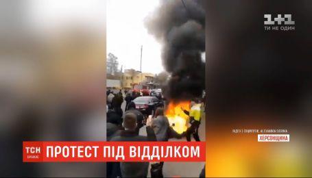 Жители Каховки под райотделом полиции устроили протест из-за убийства 26-летнего земляка