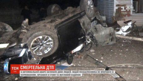 На Чернігівщині позашляховик врізався у стовп та житловий будинок: двоє людей загинули