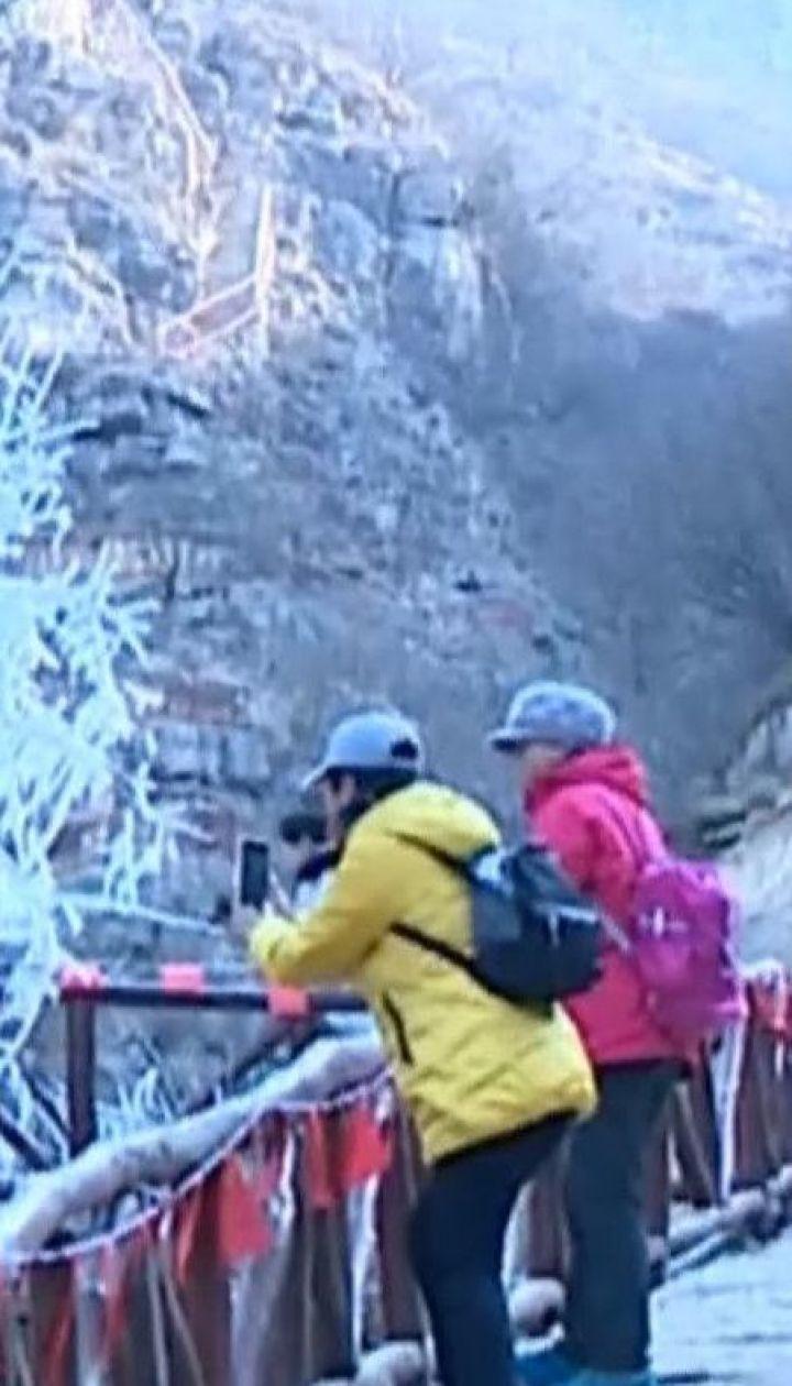Сотні людей приїздять помилуватися бурульками в гірській долині на сході Китаю