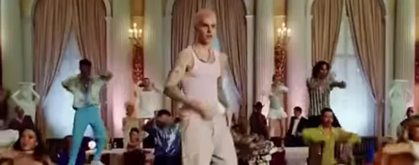 Джастин Бибер с розовыми волосами станцевал на столе в новом клипе