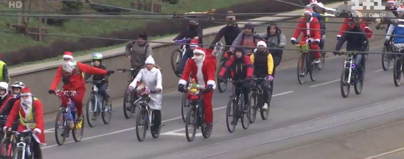 В Виннице устроили костюмированный велопарад к новогодним праздникам