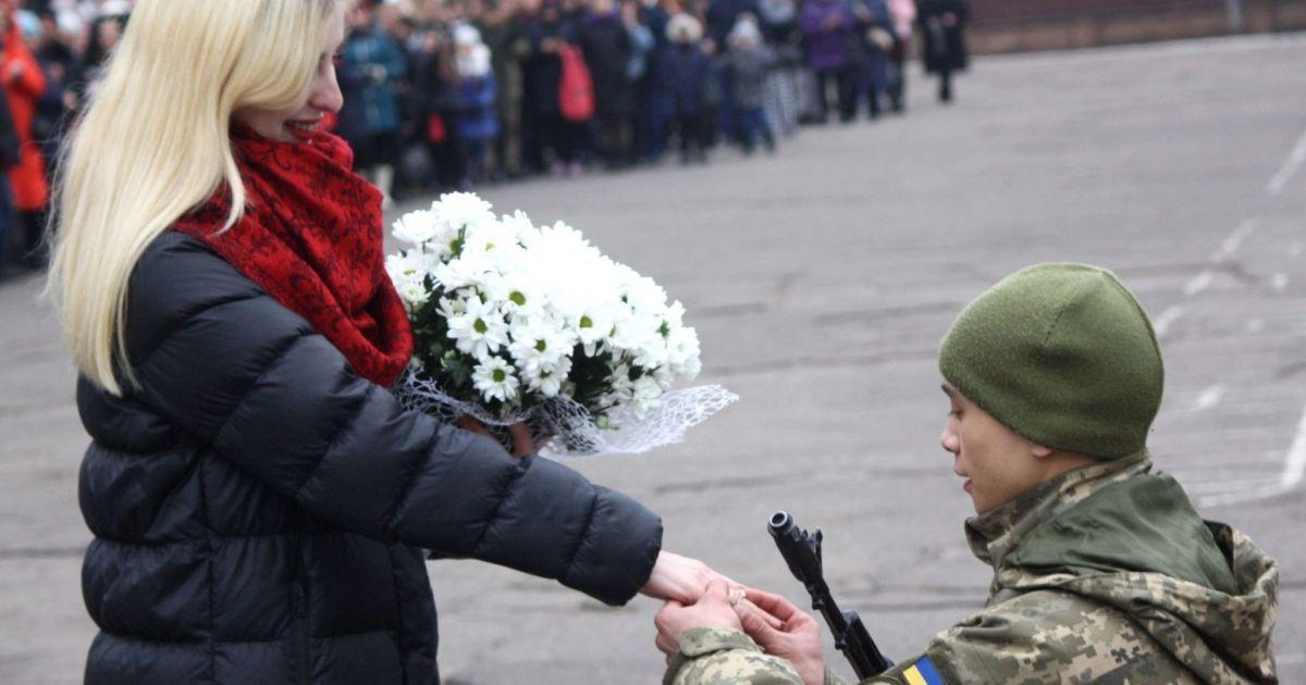 """У Миколаєві військовий освідчився дівчині під час церемонії складання присяги. Вона відповіла """"так"""""""