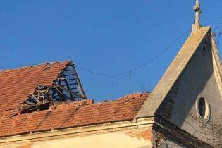 На Львовщине обвалилась крыша монастыря капуцинов. Последствия разрушения памятника появились на видео с дрона