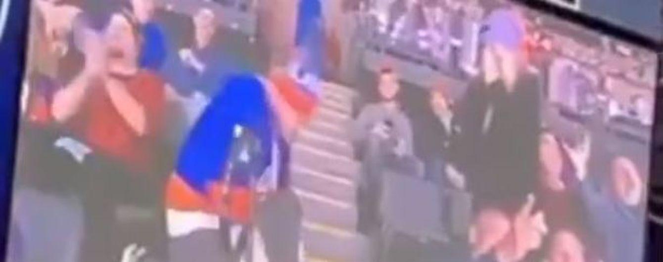 У США фанат безжалісно познущався зі своєї дівчини під час хокейного матчу