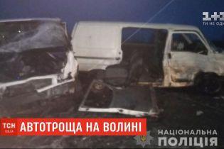 Два мікроавтобуси зіштовхнулися на Волині: двоє людей загинули