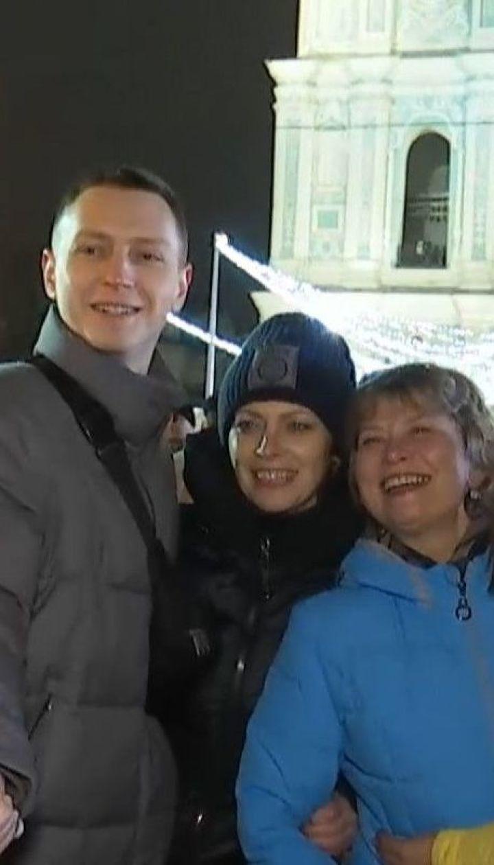 Тисячі людей продовжують святкувати Новий рік у столичних новорічних містечках
