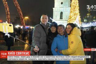 Тысячи людей продолжают праздновать Новый год в столичных новогодних городках