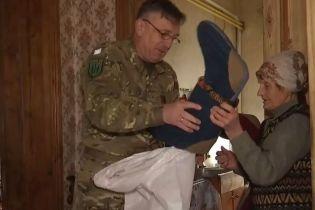 Дві пенсіонерки з непотребу пошили тисячі пар валянок і рукавиць для фронту
