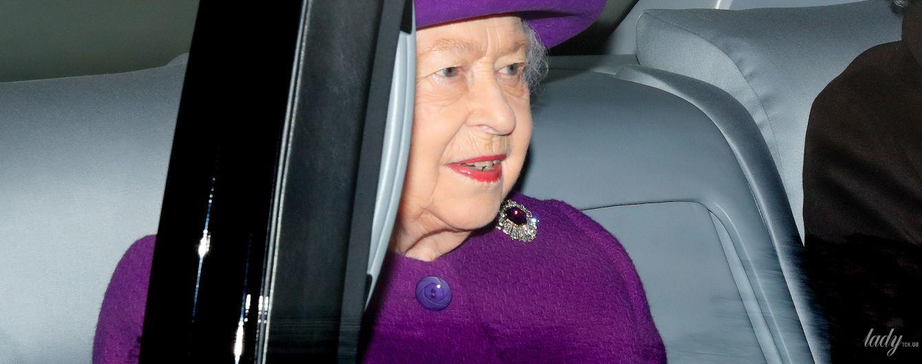 В фиолетовом пальто и шляпе: королева Елизавета II съездила на службу