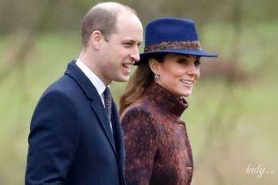 В новом пальто и с сапфирами в ушах: герцогиня Кембриджская с мужем сходила на службу