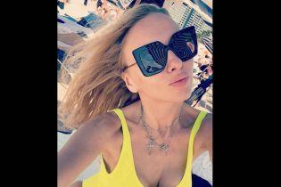 Блондинка у яскравому купальнику: Оля Полякова показала фото з Маямі