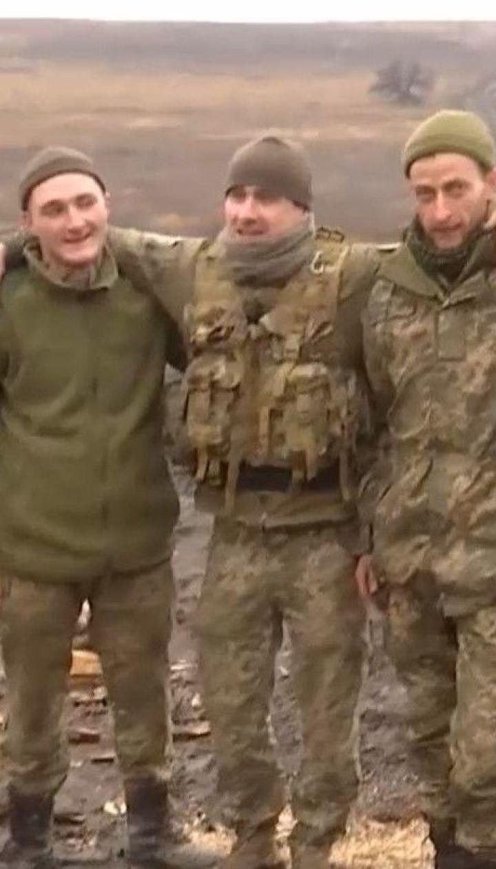 На передовой украинские военнослужащие готовятся к Рождеству