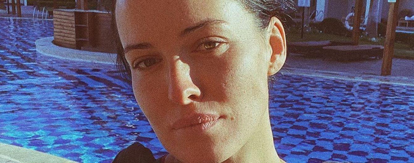 Ненафарбована Даша Астаф'єва у купальнику продемонструвала пишний бюст