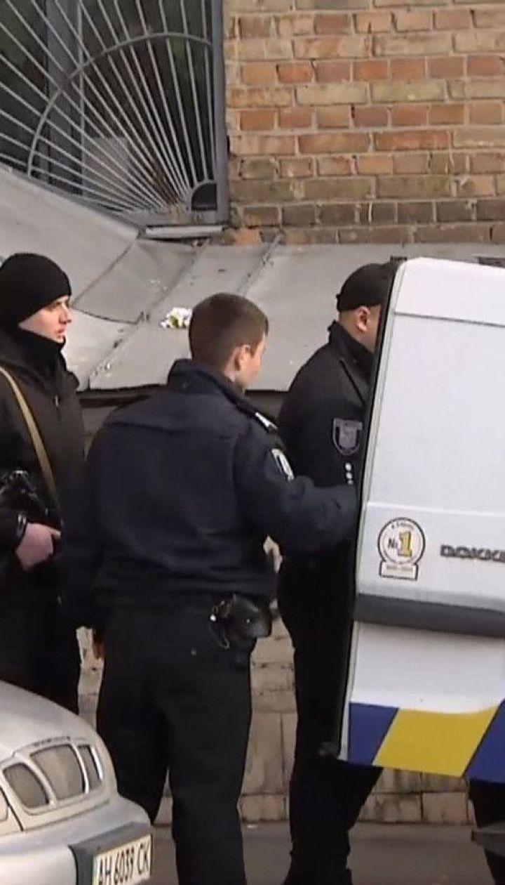 Полиция провела следственные действия в квартире, в которой обнаружили тела двух убитых девушек