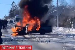 ДТП на льду: две машины вылетели в кювет, а одна загорелась