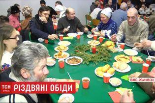 За традицією, українці влаштували різдвяні обіди для безхатьків, літніх та самотніх людей