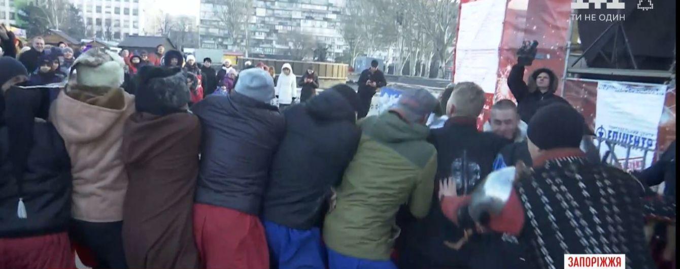 """""""Вибиваємо чортів"""". У Запоріжжі різдвяні свята закінчили традиційною масовою бійкою"""