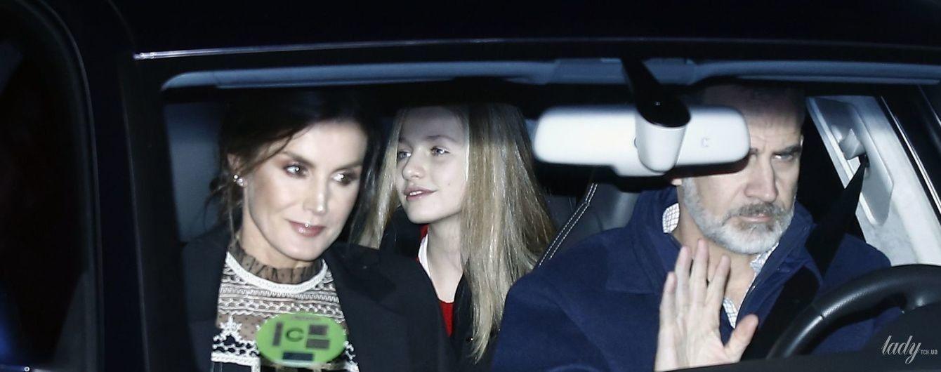 У вечірньому образі: королева Летиція з родиною потрапила в об'єктиви папараці