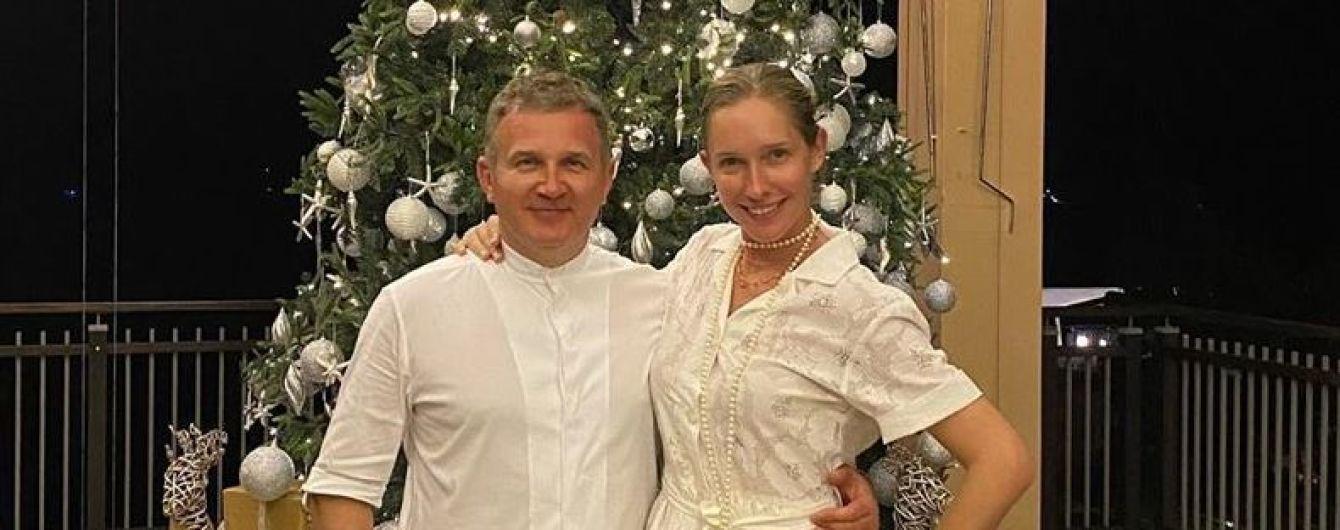 У білій сукні і без макіяжу: Катя Осадча сфотографувалася біля ялинки на Сейшелах