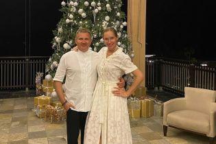 В белом платье и без макияжа: Катя Осадчая сфотографировалась возле елки на Сейшелах