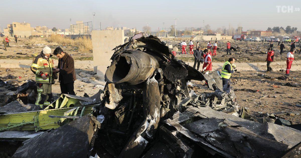 Катастрофа літака МАУ під Тегераном: на місці трагедії збирають уламки Боїнга та тіла загиблих