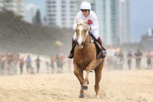 Внучка королевы Елизаветы II - Зара Тиндолл, приняла участие в скачках на пляже