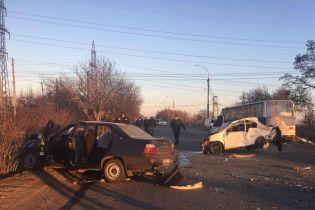 На Дніпропетровщині автобус із робітниками зіткнувся з двома легковиками, є жертви
