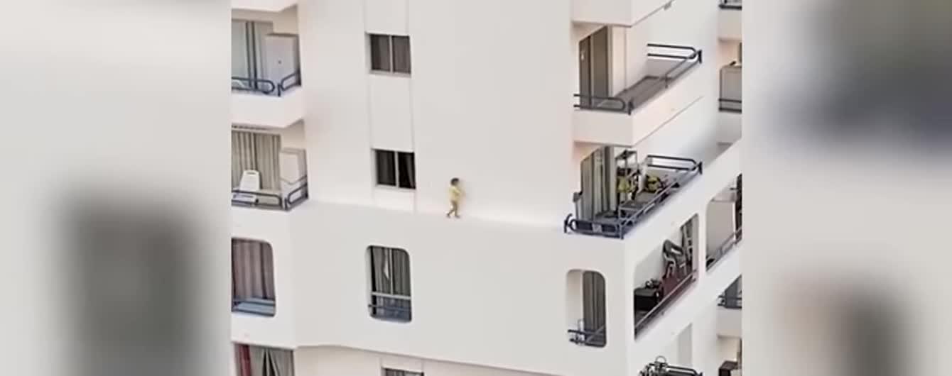 На Тенеріфе зняли небезпечну прогулянку малюка карнизом п'ятого поверху