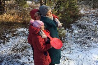 """Маричка Падалко показала """"зимние"""" развлечения с мужем и детьми в лесу"""