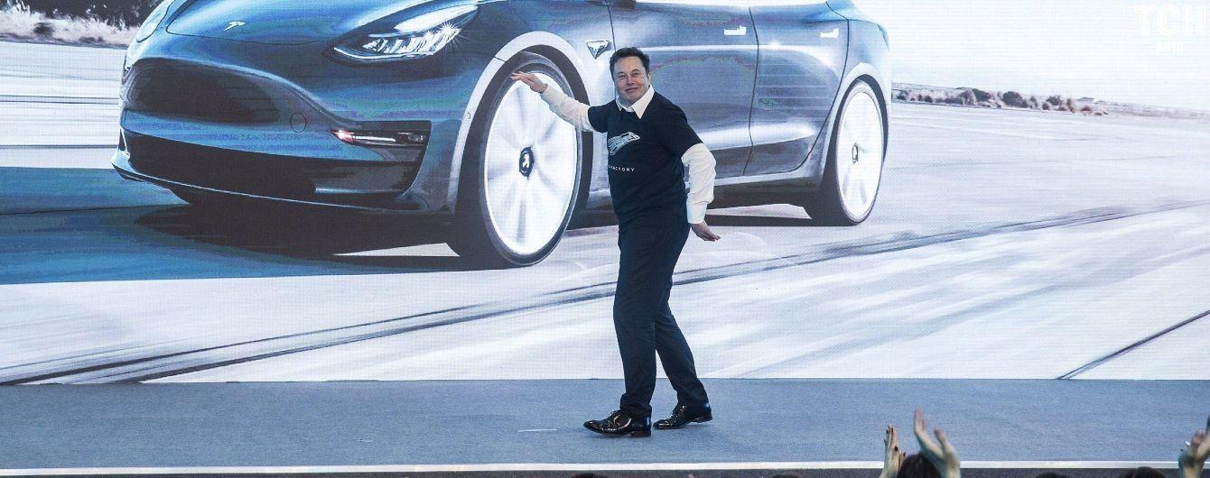Ілон Маск кинувся у танець на заводі Tesla у Китаї. Відео
