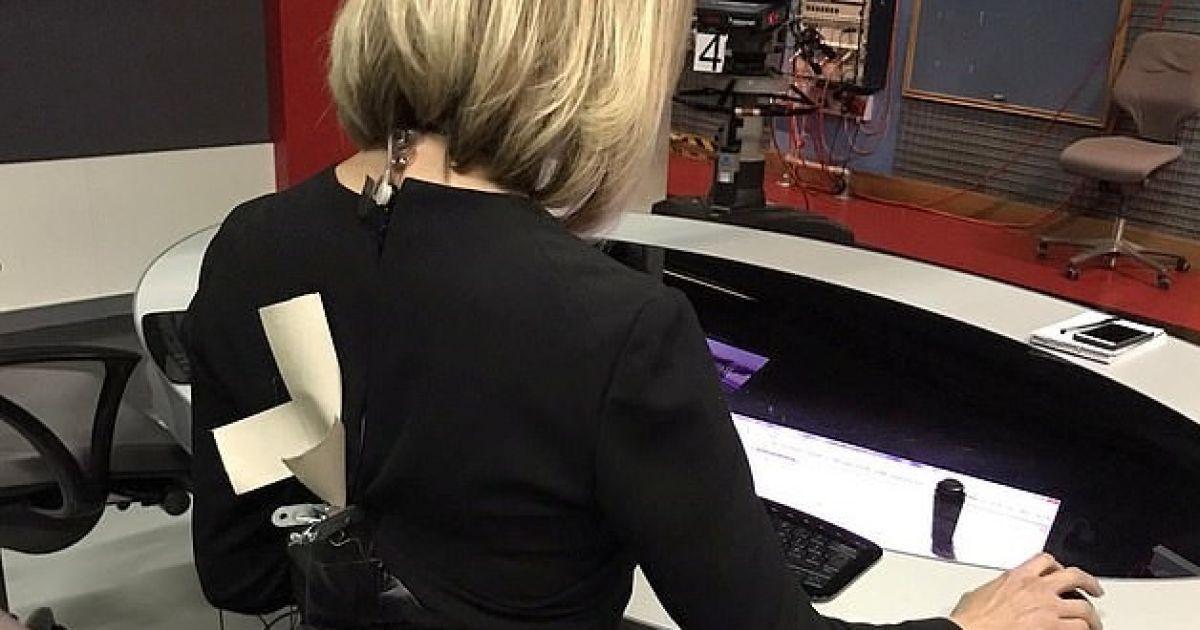 Платье ведущей новостей лопнуло за минуты до эфира. Его спасли скотчем