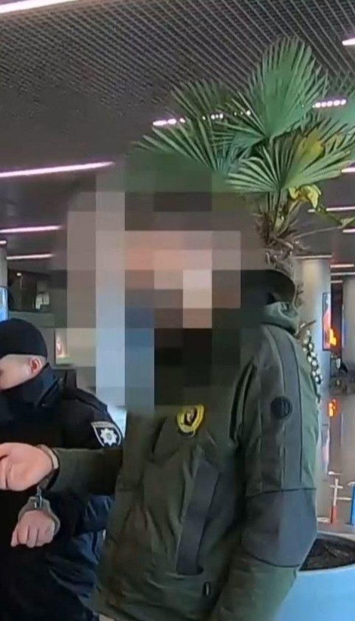 В одесском аэропорту неадекватный молодой человек в маске вызвал панику криками о заминировании