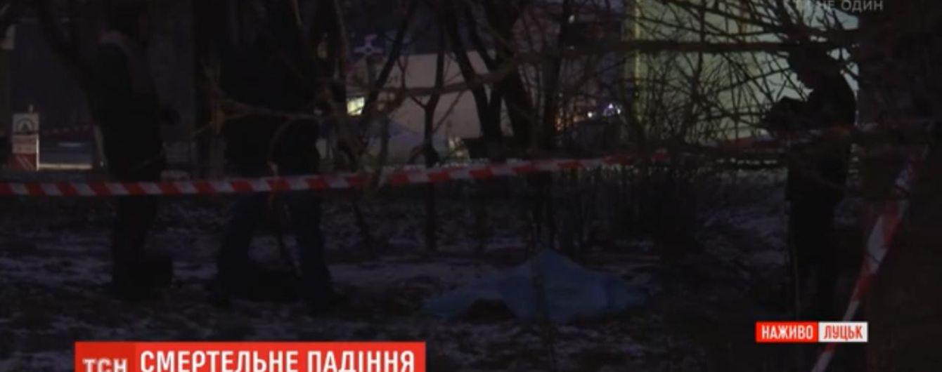 Медики рассказали о состоянии уцелевшей девушки, которая вместе с сестрой выпала из окна многоэтажки в Луцке