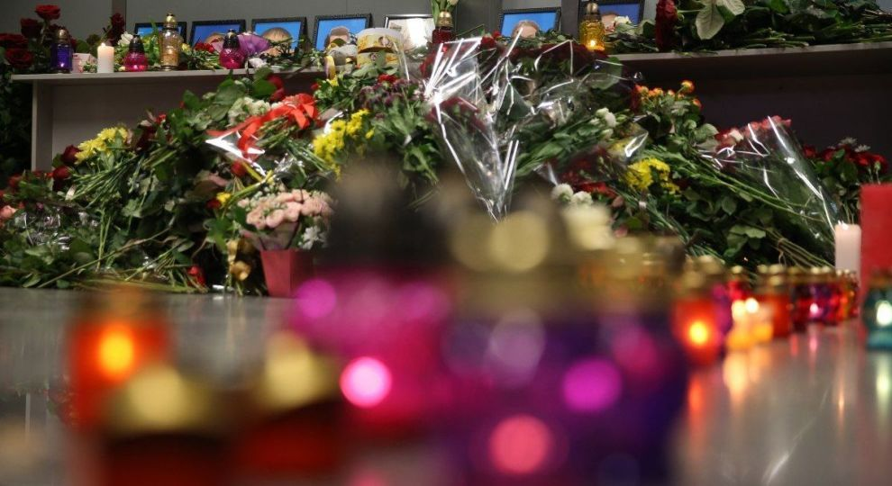 """Біля """"Борисполя"""" автомобілісти в особливий спосіб зустріли тіла загиблих у катастрофі МАУ"""