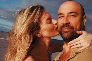"""Показала кольцо: """"ангел"""" Марта Хант объявила о своей помолвке с фэшн-фотографом"""