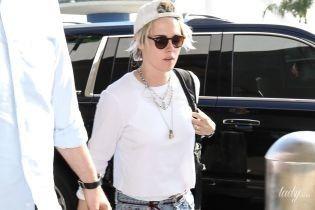 В улюбленому стилі: Крістен Стюарт в джинсах і майці на вулицях Лос-Анджелеса