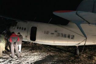 Пограничники задержали на Прикарпатье самолет, которым контрабандисты возили сигареты в Румынию