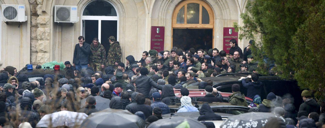 """Столкновения в Абхазии: протестующие завладели оружием в здании """"администрации президента"""""""