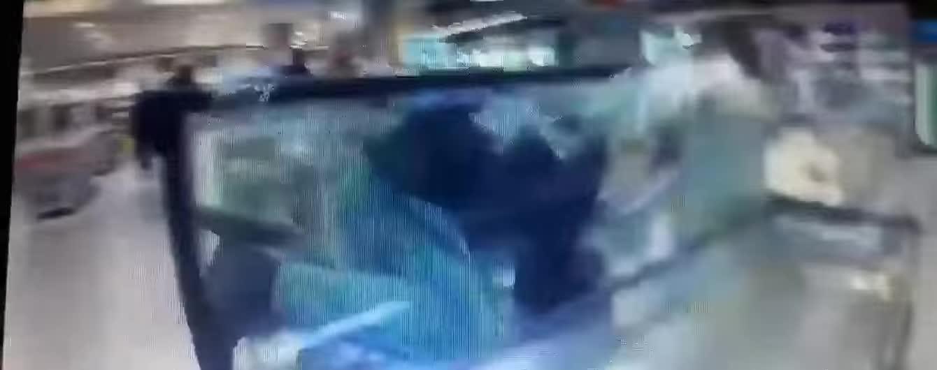 """""""Я - карп"""": россиянин с головой нырнул к рыбам в аквариум супермаркета"""