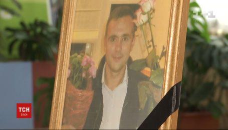 Мати загиблого під Тегераном старшого стюарда переконана, що літак упав через теракт