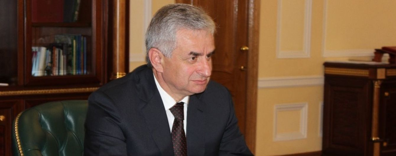 "В самопровозглашенной Абхазии ""парламент"" отправил в отставку ""президента"""