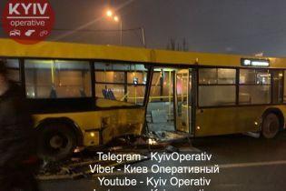В Киеве Lexus влетел в маршрутный автобус. Пострадал ребенок