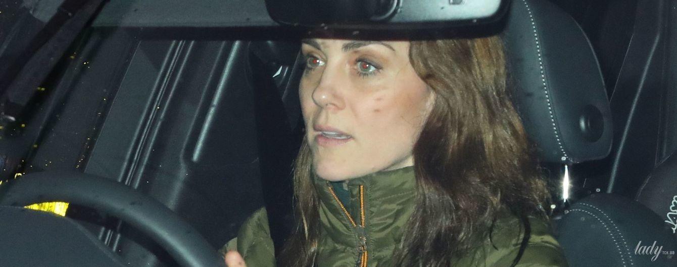 В пуховику і за кермом автомобіля: герцогиню Кембриджську зазнімкували біля палацу