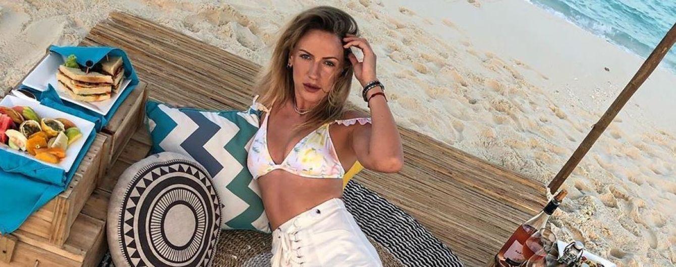 В цветочном купальнике и мини-шортах: Леся Никитюк ностальгирует по отдыху