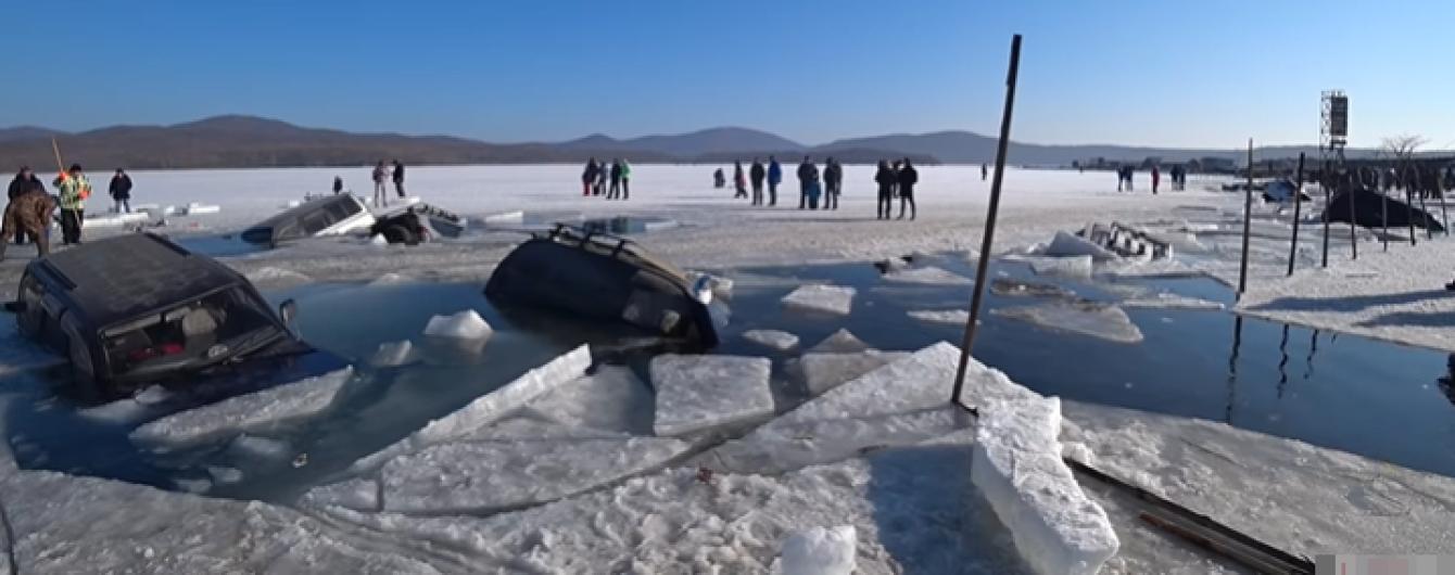 В России рыбаки утопили на льду сразу 35 машин. Видео