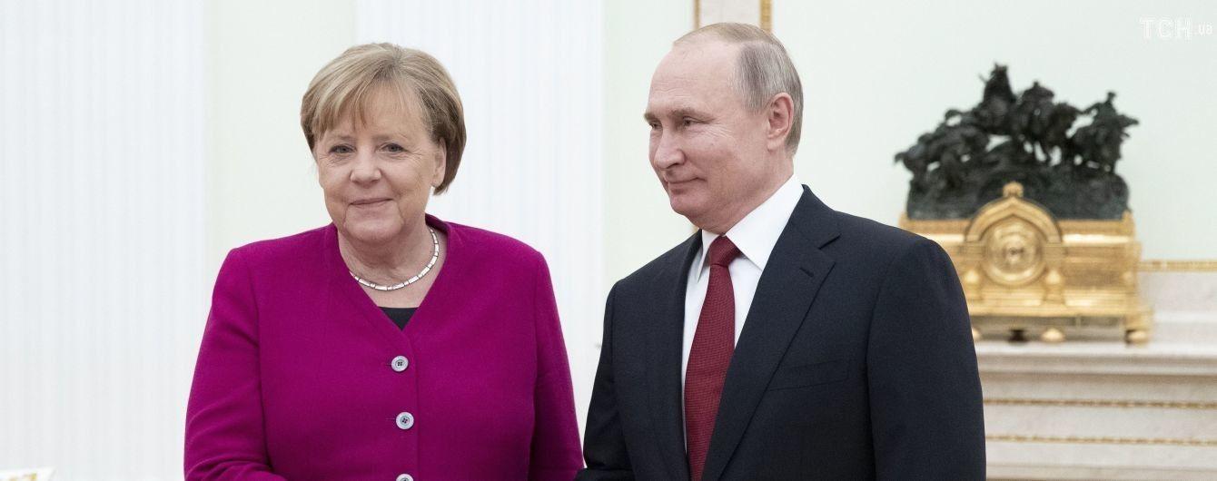 """Путин заявил Меркель, что хочет бессрочного """"особого статуса"""" для Донбасса"""