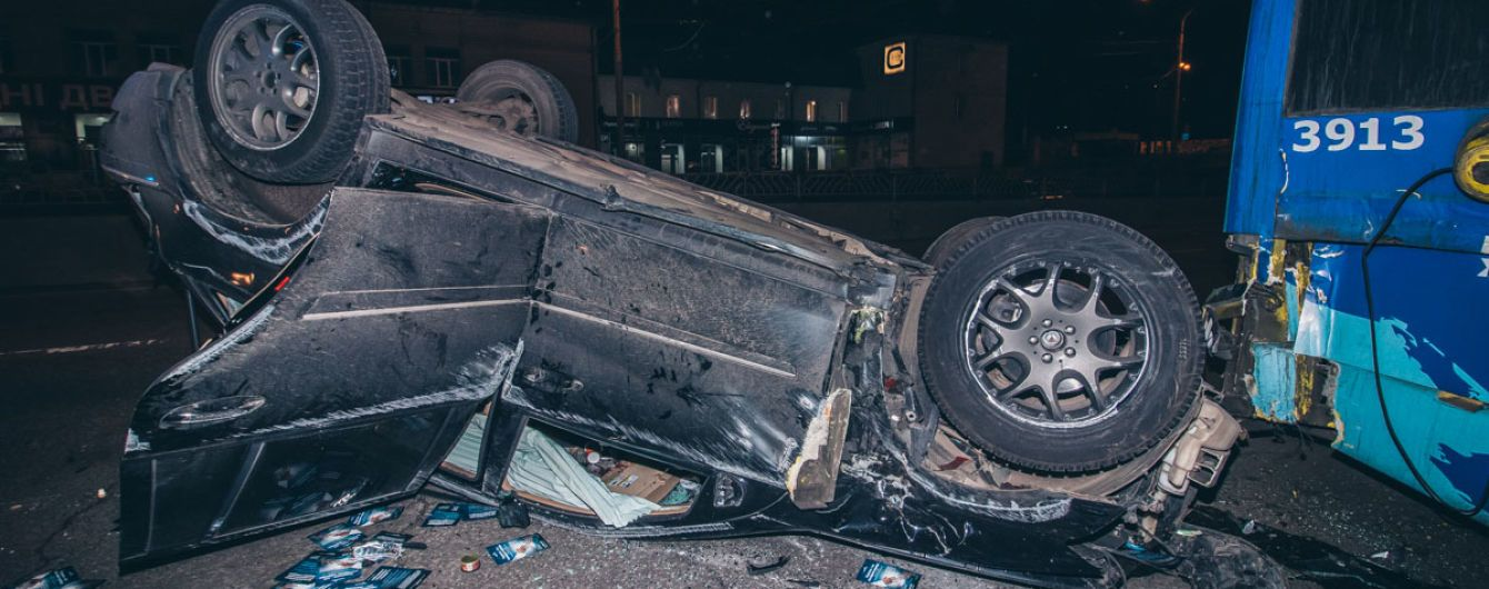 В Киеве Mercedes врезался в электрокар, перевернулся и влетел в троллейбус