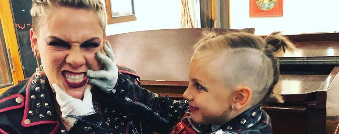 Пинк ошарашила видео, как ее 8-летняя дочь катается на мотоцикле